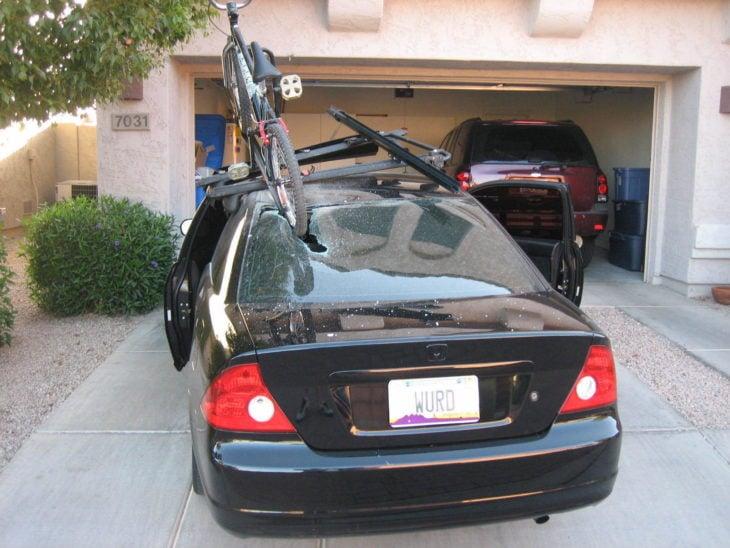 bicicleta estrellada en vidrio de coche