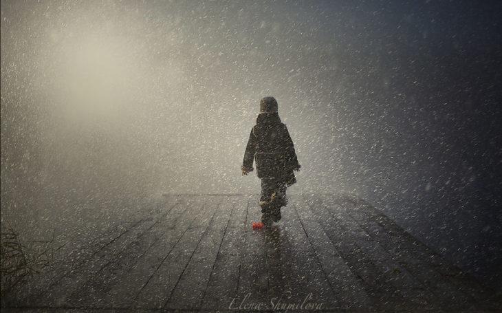 niño bajo la nieve