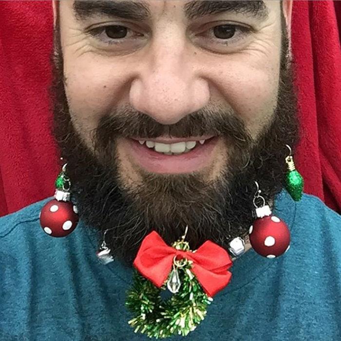 hombre con moño y barba