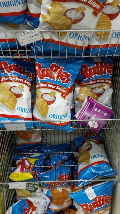 toallas sanitarias entre bolsas de papas fritas