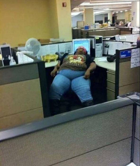 chica dormida en el trabajo
