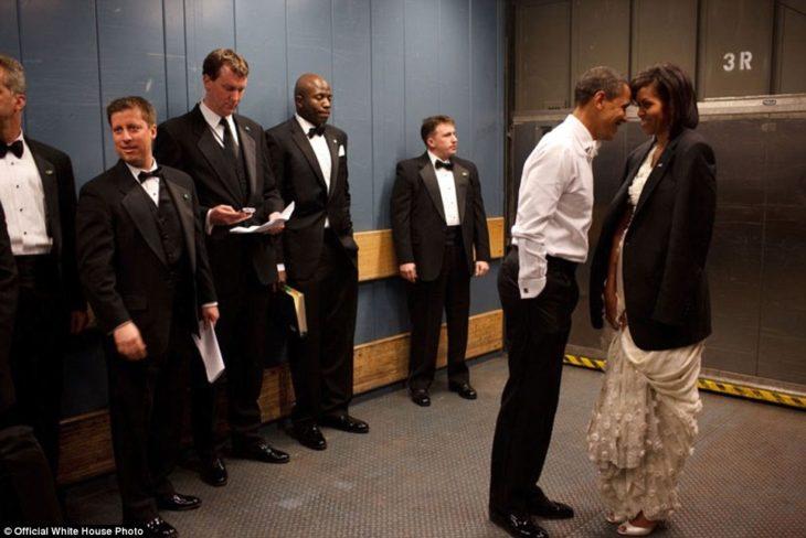 barack obama y michelle en el elevador