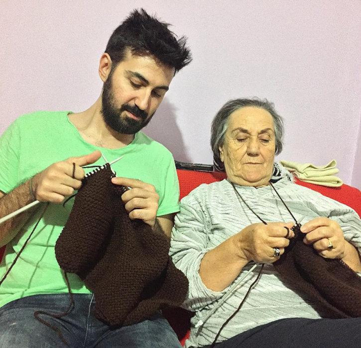 abuelita y nieto tejiendo