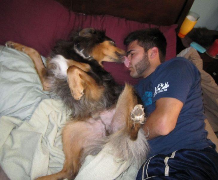 muchacho durmiendo con perro