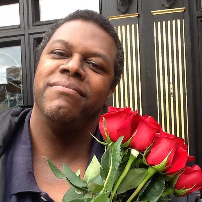 hombre con ramo de rosas rojas