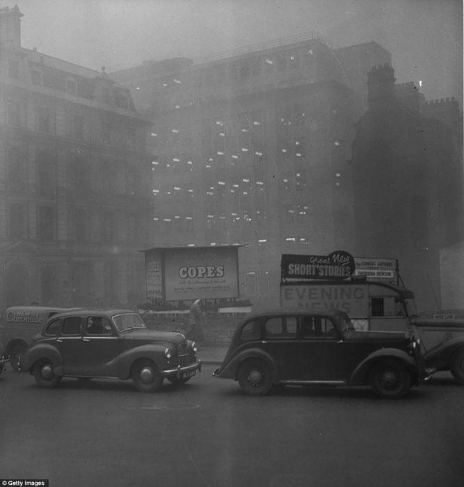 carros en londres durante la niebla de 1952