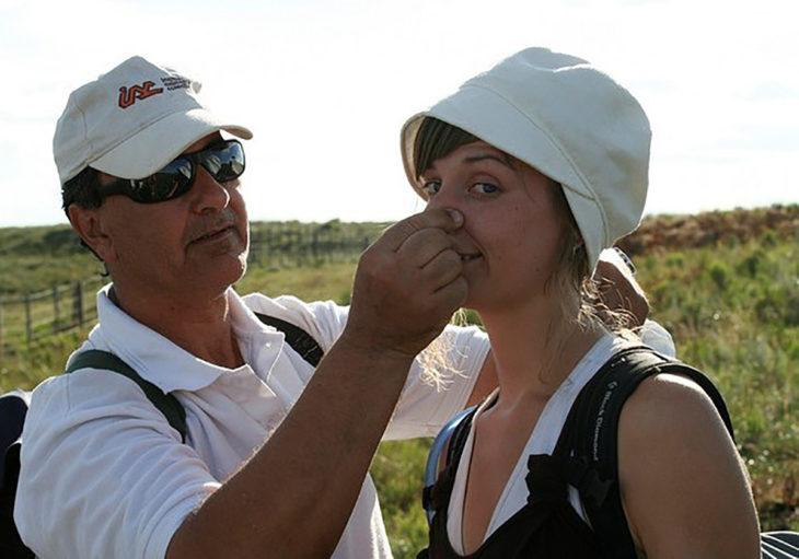 mujer a punto de estornudar otro hombre le tapa la nariz