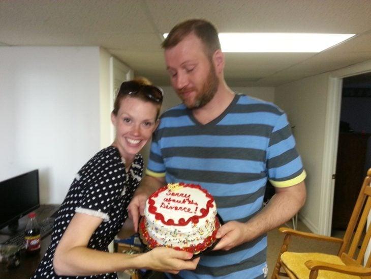 mujer y hombre sosteniendo un pastel