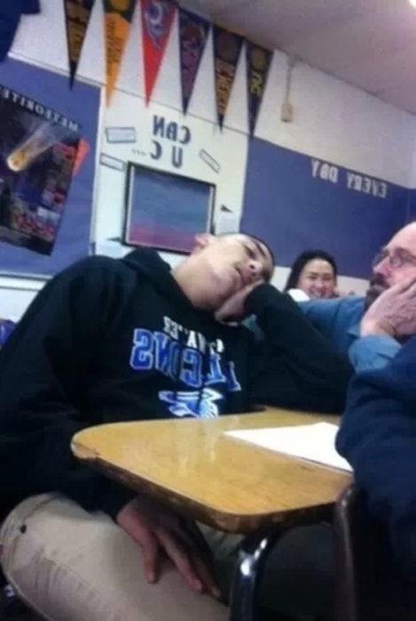 chico dormido en clases