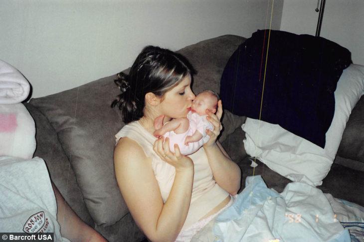 mamá besando a bebé pequeñita