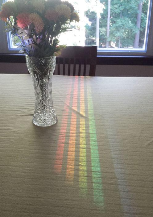 Espectro luminoso en el mantel de la mesa