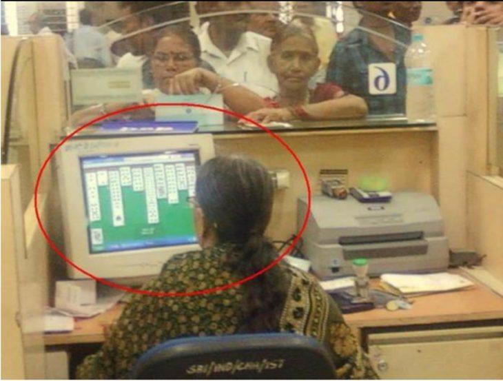 mujer en su computadora jugando cartas