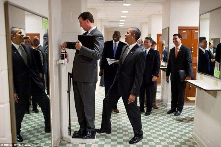 Obama pone su pie en la báscula mientras Marvin se pesa