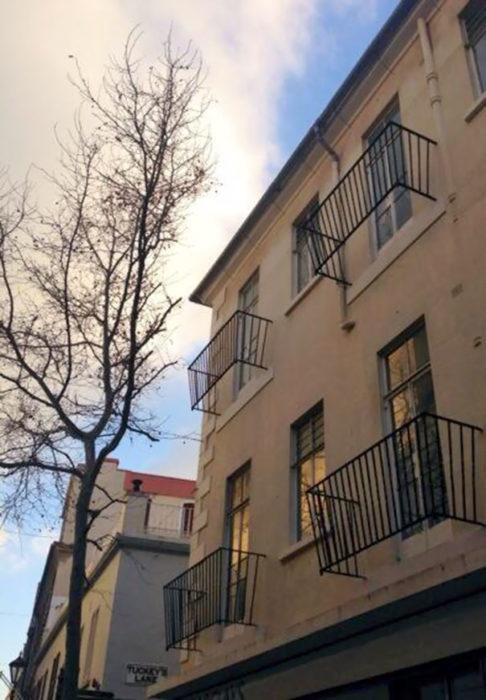 construcción con balcones sin piso