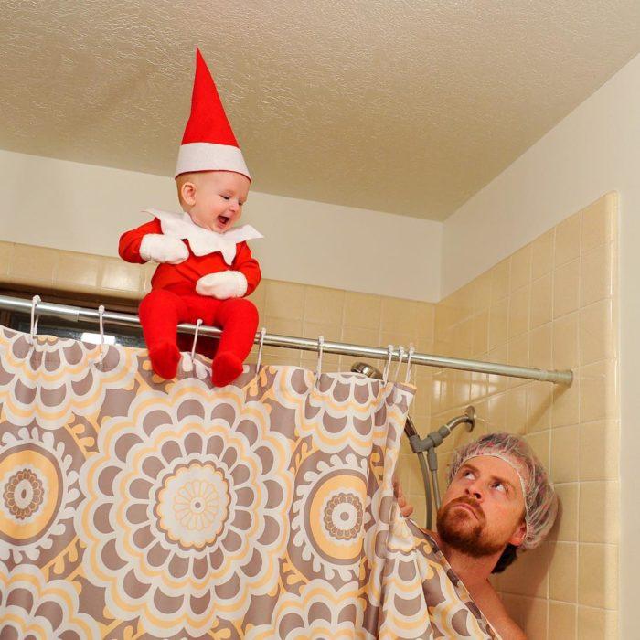 bebé elfo sobre un cortinero de baño