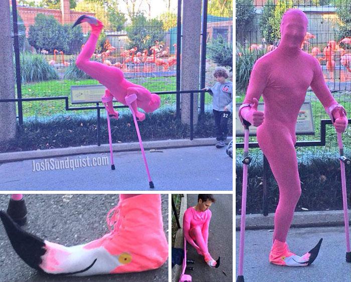 hombre disfrazado de flamingo
