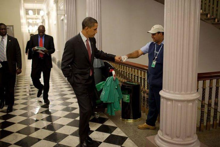 El presidente obama saluda a un intendente
