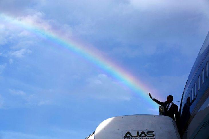 El saludo de Obama se alinea con un arcoíris