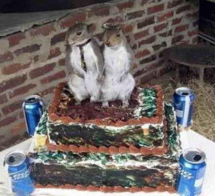 pastel feo con ardillas disecadas encima