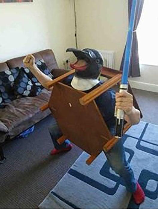 hombre con máscara de pingüino