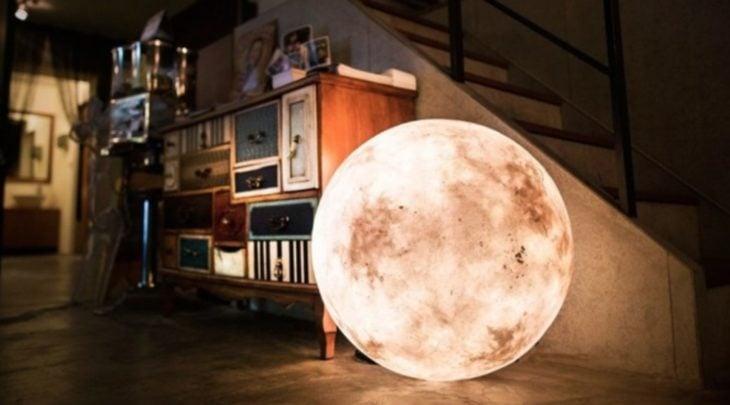 linterna que parece una luna
