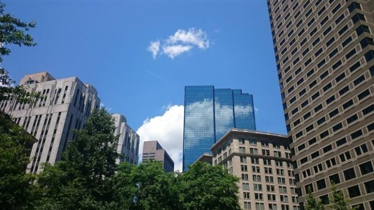 nube reflejándose en un edificio