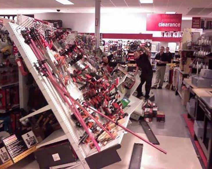 estante de herramientas cae en tienda departamental