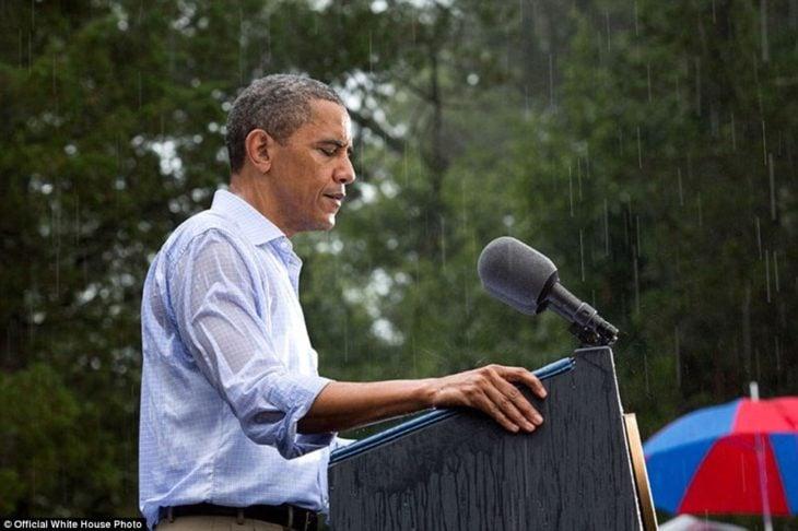 El presidente Obama da un discursos bajo la lluvia