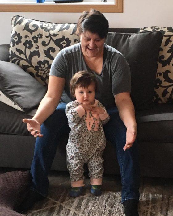 abuelita con una bebé que se sostiene de pie sola