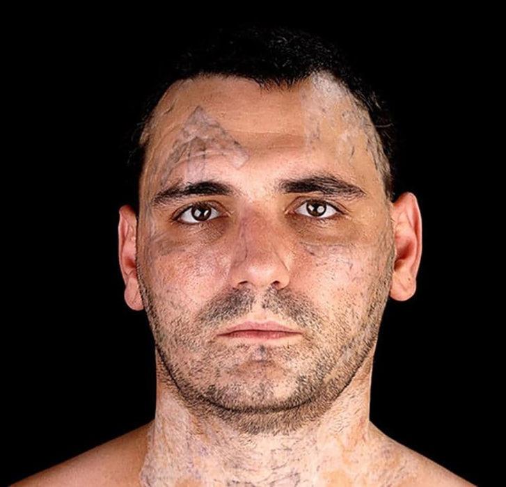 hombre con tatuajes desvanecidos