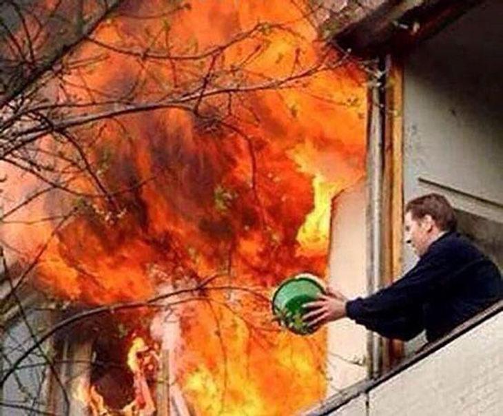 hombre trata de apagar incendio con bote de agua