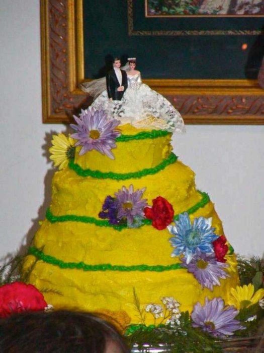 pastel de bodas amarillo y feo