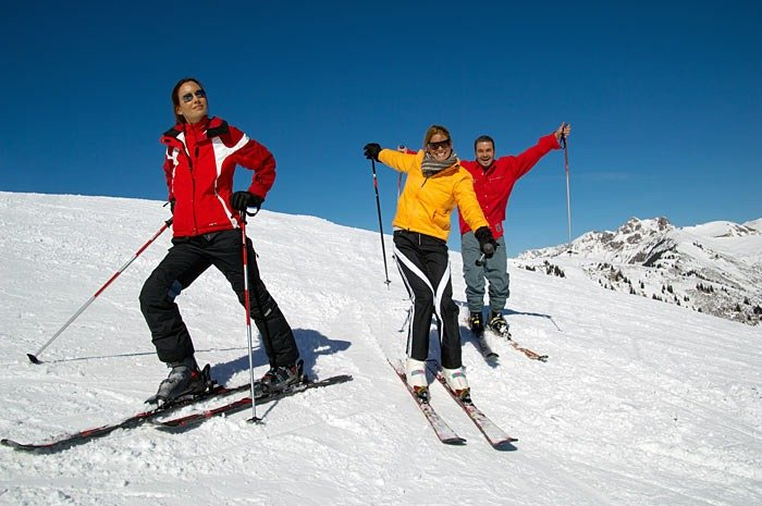 tres personas haciendo esquí
