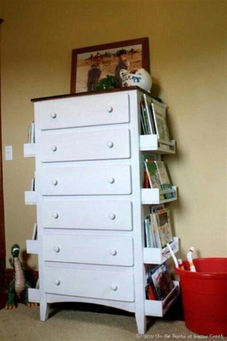 estantes a los lados de los muebles