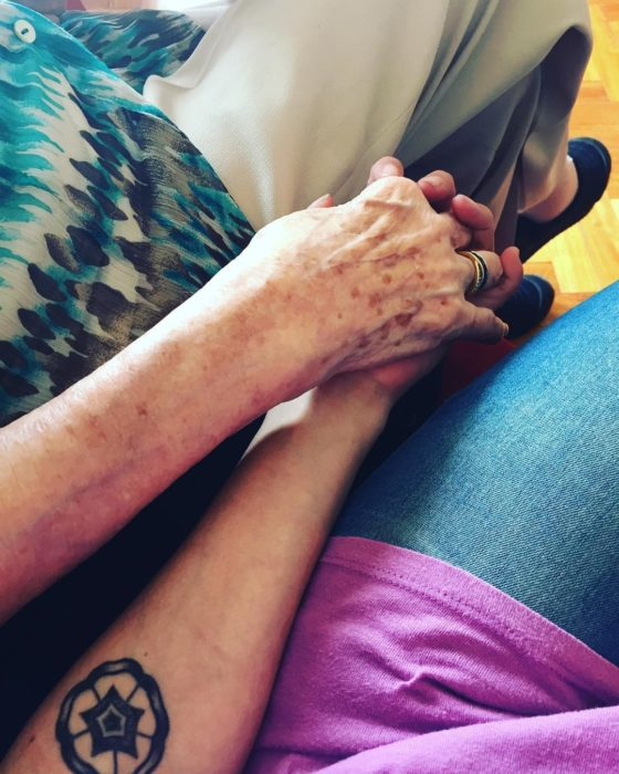mano anciana y mano joven