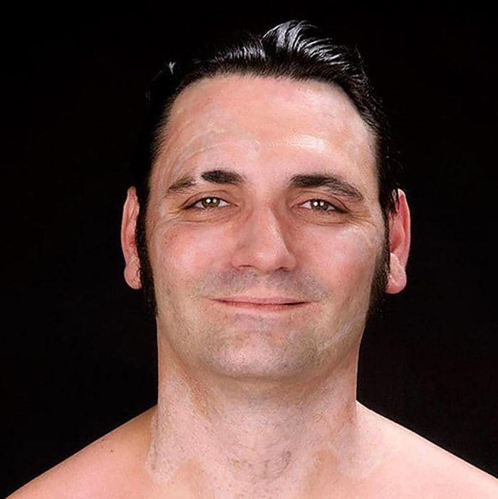 fotografía de hombre sonriendo