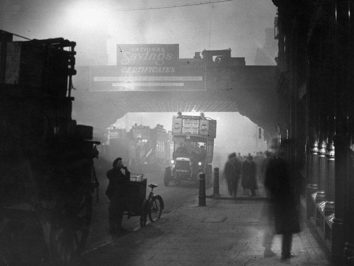 calle en londres con niebla