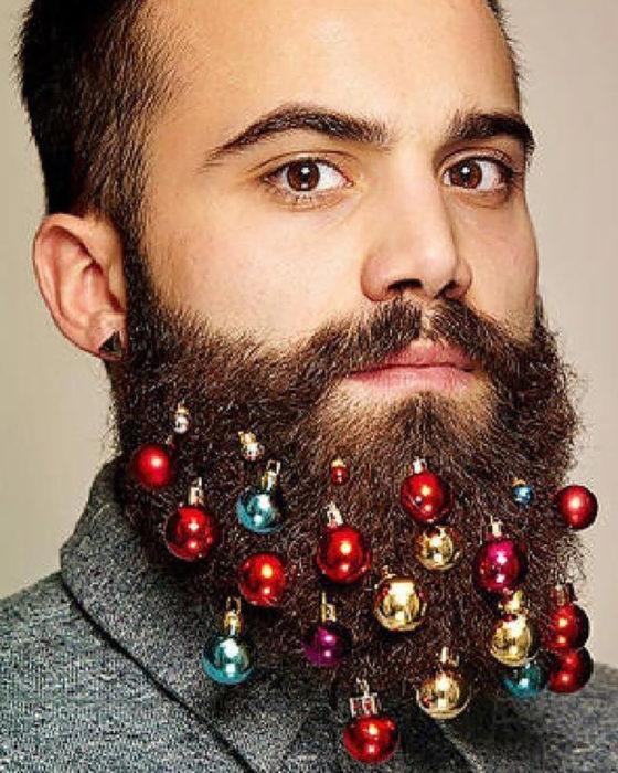 hombre guapo con barba y esferas