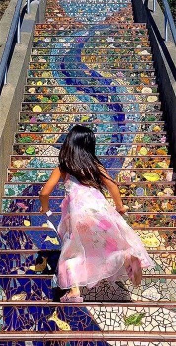 arte en escaleras niña corriendo en moraga san francisco