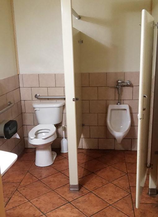 urinario con puerta