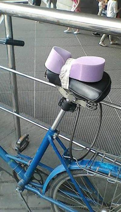 asiento de bici con una esponja atada
