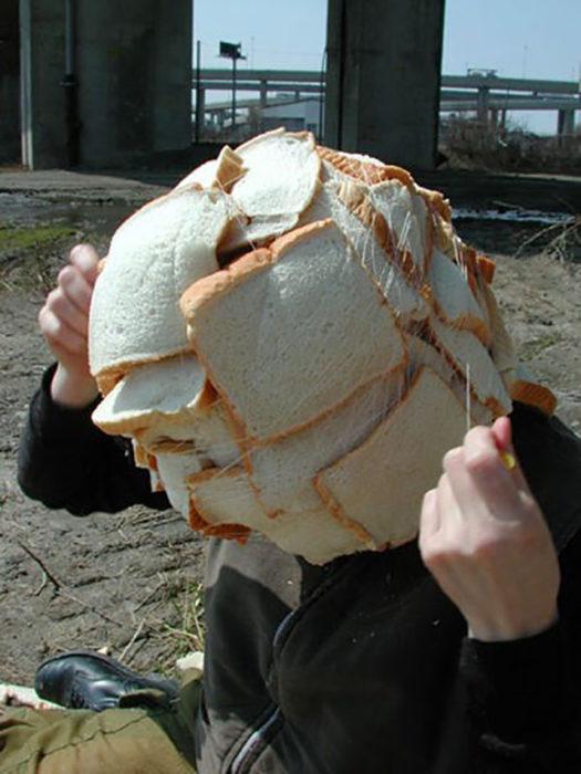 persona con panes en la cabeza