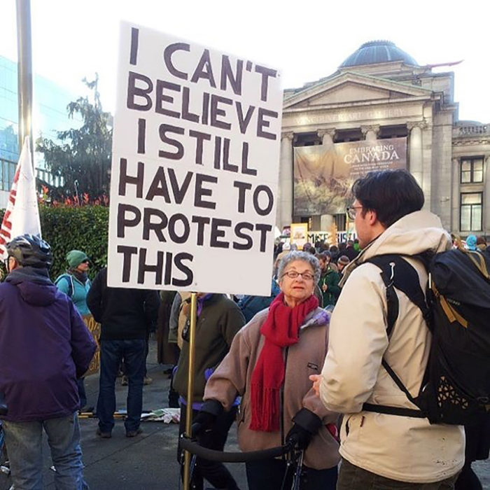 abuelita en protesta