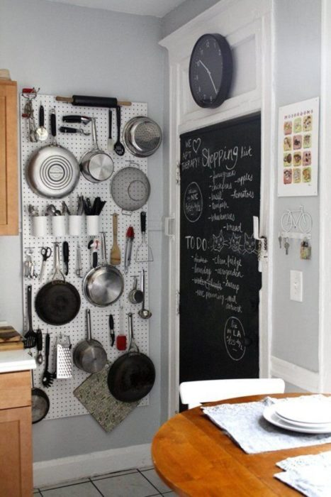 pared de utencilios de cocina