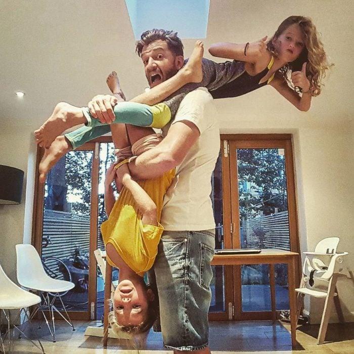 hombre hacinedo piruetas con sus hijas