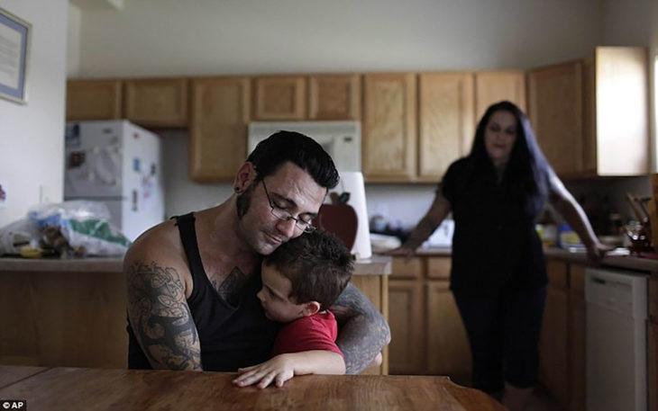 hombre abrazando a su hijo