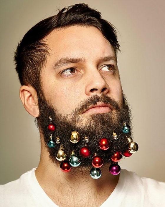hombre con barba y esferas en camisa blanca