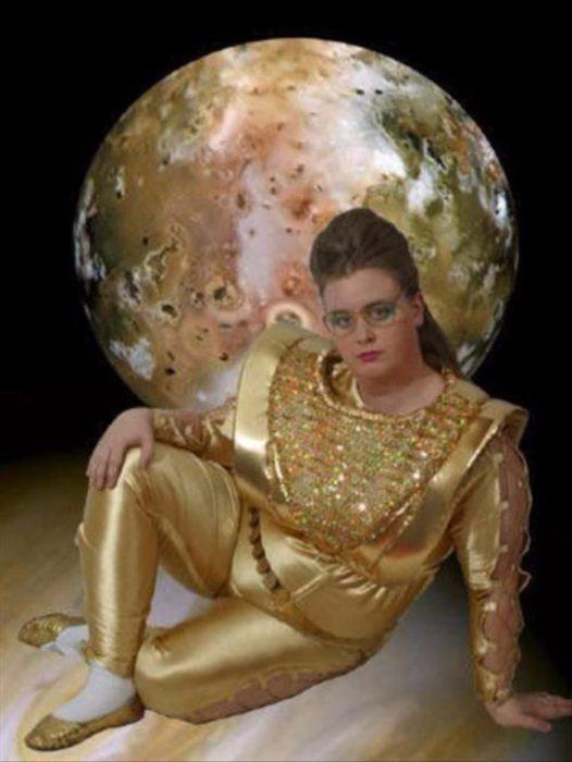 montaje de la luna y enfrente mujer con traje dorado