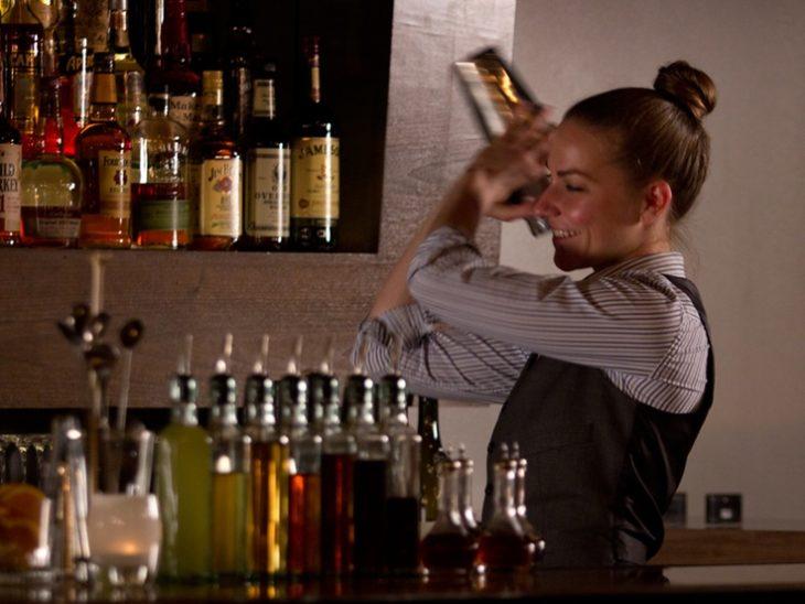 chica bartender