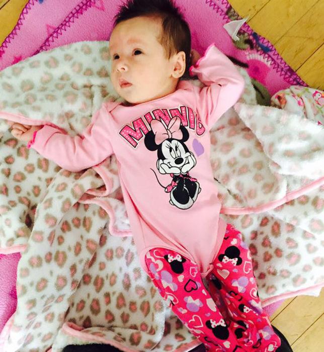 niña vestida de minie mouse